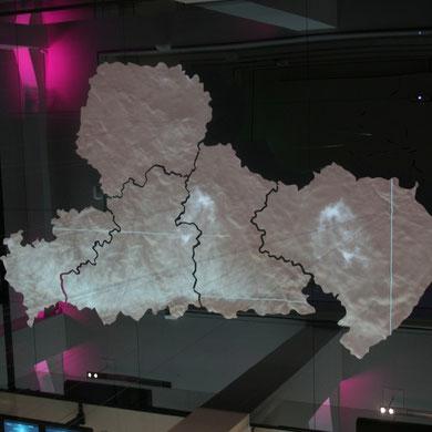 Sachsenkarte schwebend im Lichthof;Foto meinert