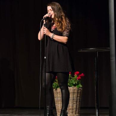 Alma Cilurzo singt auf einer Diplomfeier in Luzern Kantonsschule Alpenquai
