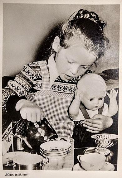 Die Puppenmutti und ihr Spielzeuggeschirr