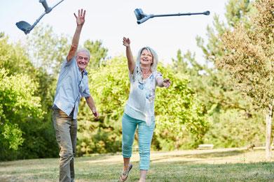 Hatha Yoga kann Stress und Schmerzen lindern! Alte Menschen werfen ihre Krücken weg.
