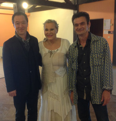 """Renata entourée d'Akira et de Richard Greneron de l'Atelier-galerie du """"2""""..."""
