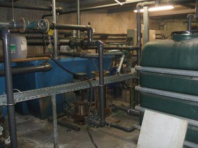 Beide Becken mit je 2 Pumpen und Nachfüllbehälter rechts grün