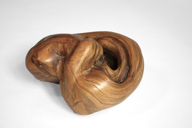 S1271 · Olive#woodsculpture#stool#console#sculpture#originalart#woodworking#interiordesign#woodsculptures#art#woodart#wooddesign#decoration#decorativewood#originalartwork#modernwoodsculpture#joergpietschmann#oldwood