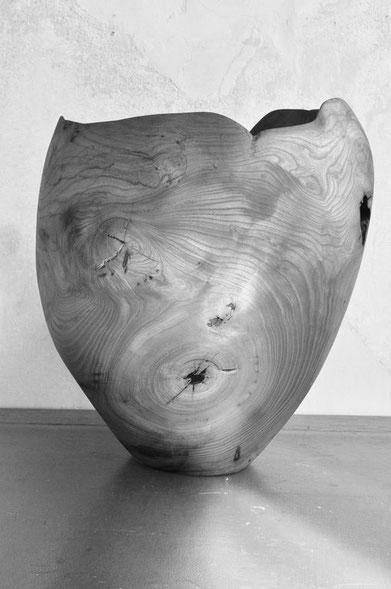V0229 · Rowan#vessel#bowl#coffeetable#woodworking#interiordesign#woodsculptures#art#woodart#wooddesign#decorativewood#originalartwork#modernwoodsculpture#joergpietschmann#oldwood