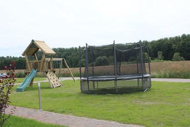 unser Spielplatz mit Rutsche, Schaukel, Klettergerüst und Trampolin