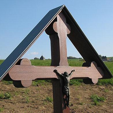 Pluwig. Paals-Kreuz. Wenn man durch das Kreuz hindurchblickt, sieht man die Turmspitze von St. Johannes dem Täufer!