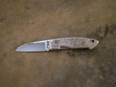 Frame lock, longueur totale 17cm, lame 8cm, fermé 9,5cm. Acier D2. Côte en 440A  4mm.