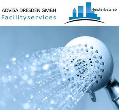 WC + Duschanlagen mit einer Wasserbrause für eine tägliche Unterhaltsreinigung in Dresden. Logo von ADVISA-Service Reinigungsfirma Dresden GmbH
