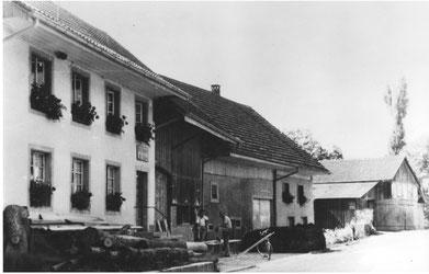 Die Häuser zwischen Hauptstrasse und Bach: Rechts Lenzis, links Schmids (Wagners)
