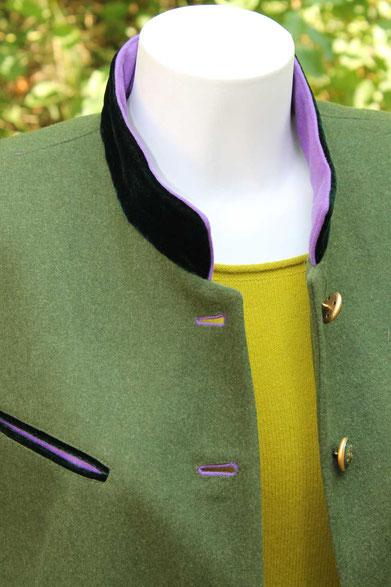 Second-Hand: Grüner Blazer mit Stehkragen und lila Besatz