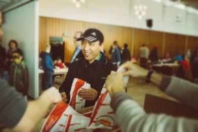 'Brot und Salz' als Zeichen der Gastfreundschaft der Zierenberger für die Flüchtlinge. [Foto: Nina Skripietz Fotografie ]