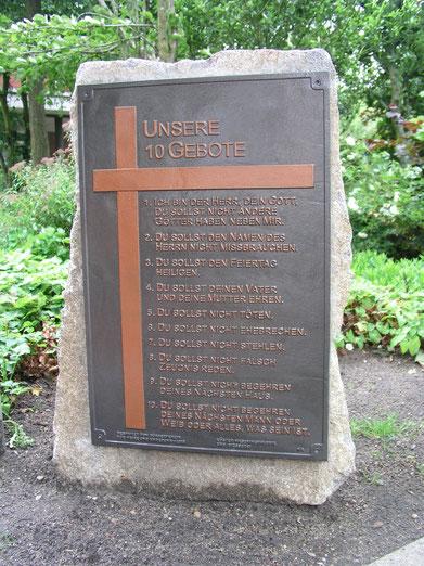 Stein mit den 10 Geboten auf dem Rathausvorplatz