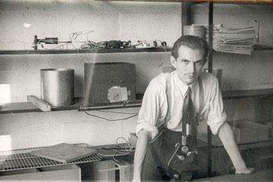 André Rey dans le laboratoire de psychologie clinique d' l'Institut Jean-Jacques Rousseau.