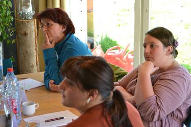 Drei Teilnehmerinnen eines SKN-Theorie-Kurses während des Unterrichts