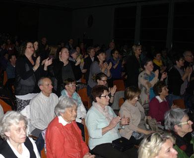 Das Publikum feierte den Pfungstädter Chor mit stehenden Ovationen.