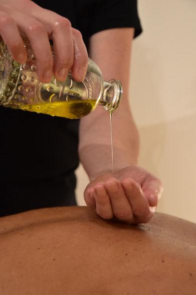 Massage ayurvédique à l'huile de sésame