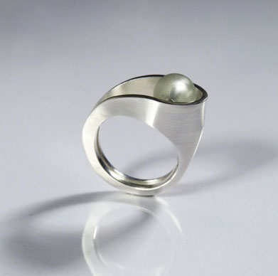 Ring Lascive  silver, frosted glass bead - Nelly Chemin - contemporary jewelry