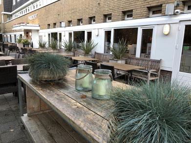 Pflanzen als Dekoration auf der Terrasse in der Gastronomie
