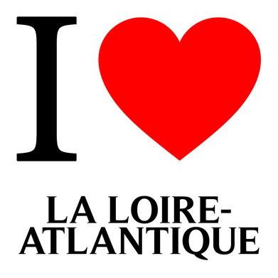 Texte en noir disant I love la loire-atlantique avec un coeur en rouge.