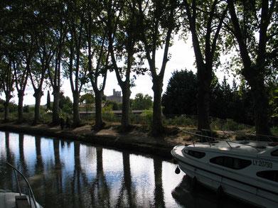 Bild: Mit dem Hausboot auf dem Canal du Midi hier Capestang