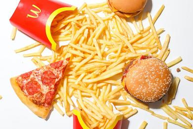 コーヒーの入ったカップ&ソーサ。Relax(気楽に)と書かれた付箋。ガーベラの花。