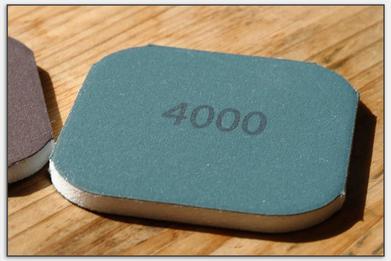 Das 4000er Schleifpad besitzt die feinste Körnung