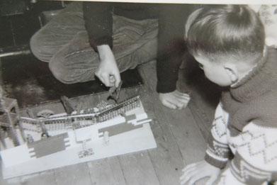 So sahen Füchlingskinder 1961/1962 die Mauer in Berlin. Kurz vor Mauerbau im August 1961 waren sie im Juni über Ost-Berlin nach West-Berlin geflüchtet und weiter über Hamburg, Uelzen nach Vorsfelde gekommen.