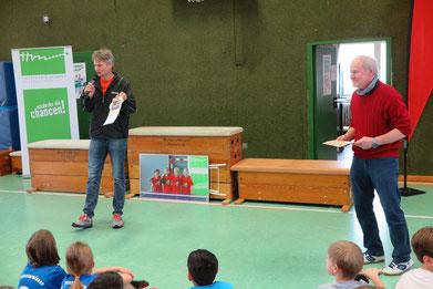 Udo Sialino (links) vom Tischtennis Verband und Günter Donath ehren die Kinder
