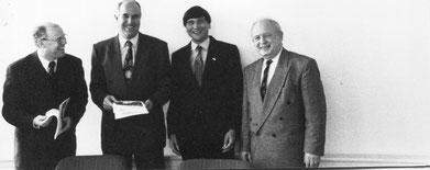 LSB-Vize-Präsident Professor Dr. Wolf-Rüdiger Umbach (von links), Staatsminister Frank Ebisch vom niedersächsischen Europaministerium, Manfred Wille vom Projekt und Friedrich Mevert vom LSB Niedersachsen stellten die Dokumentation 1993 in Hannover vor