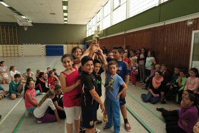 Die Klasse 4d zeigt stolz den CVJM-Pokal