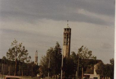 Die evangelisch-lutherische Christus-Kirche und im Hintergrund die katholische St. Christophorus-Kirche