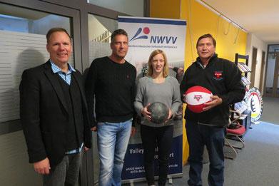 Von links Frank-Michael Mücke, Karsten Täger, Franziska Sonnenberg mit der Volleyballblase und Manfred Wille