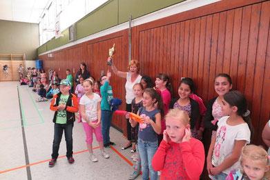 Auch 4d-Klassenlehrerin Christina Oeser freute sich über den Pokal