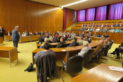Ortsgruppen-Vorsitzender Alexander Rudi begrüßt die Zuhörer