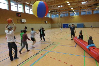 Bei den CVJM-Familiennachmittagen in der Sporthalle sind Kinder mit ihren Eltern aus allen Herkungsgebieten der Welt herzlich willkommen