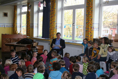 Ralf Witzel MdL liest Kettwiger Grundschülern vor.