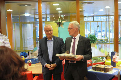 LSB-Vorstandsvorsitzender Reinhard Rawe (rechts) verabschiedet Karl-Heinz Steinmann