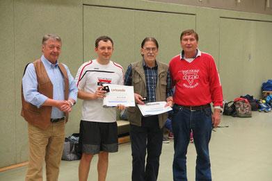 Sie haben es verdient: Auszeichnungen vom LandesSportBund Niedersachsen für Artur Stark (Zweiter von links) und Ferdinand Uecker (Dritter von links. Links daneben Bürgermeister Günter Lach und rechts Manfred Wille