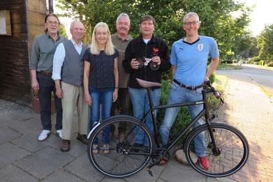 Manfred Wille (Zweiter von rechts) mit dem symbolsichen Fahrrad. Daneben von links Ferdinand Uecker, Robert Fischer, Mareile Pieper, Michael Kühn und Michael Meixner.