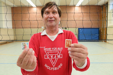 Manfred Wille mit den beiden Volleyball-Briefmarken