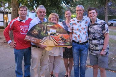Michael Kühn (Zweiter von links) im Kreise von Kerstin Kühn (3. von links), Sarak Kühn, Michael Meixner, Elias Kühn und Manfred Wille (links) und dem Gebürtstagsfächer