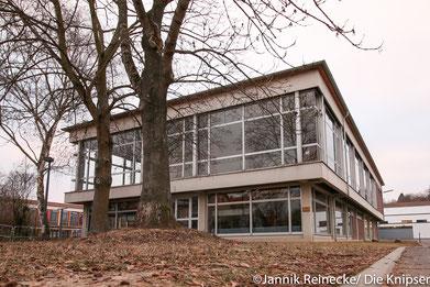 Das alte Aulagebäude der IGS Osthofen, das schon fast 50 Jahre alt ist, soll noch dieses Jahr saniert werden.