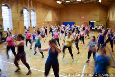 Sport mal anders: Bei motivierender, rhythmischer Musik wurde in einer riesigen Gruppe Zumba getanzt - da hat man sogar Spaß beim Schwitzen!