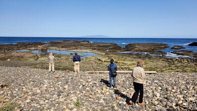 手前側には波食礫がごろごろと...水平線の向こうには伊豆大島です