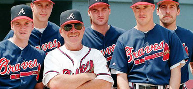 Nella foto da sinistra, Tom Glavine, Steve Avery, Leo Mazzone, Kent Mercker, Greg Maddux e John Smoltz (foto di David Tulis)