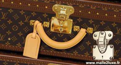 Louis Vuitton's brasses have always been brilliant. The initiative to make trunk tuning , brushing them, making them red or other ... is not in accordance with the origin.