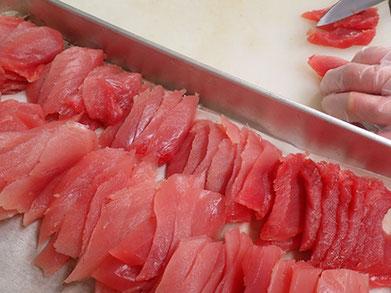 赤身 まぐろの仕込み 寿司 出前 切りつけ