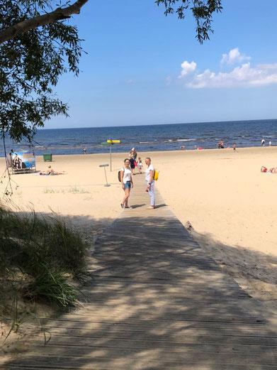 Irina und Josephine am Ostseestrand in Lettland