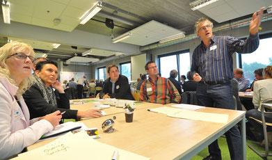 In Arbeitsgruppen bearbeiteten die Teilnehmer der Ausbildungs-Veranstaltung unterschiedliche Themen (rechts im Bild: Alexander Darányi von der HÖB Papenburg)