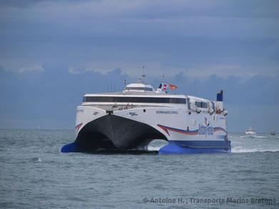 HSC Normandie Express arrivant à Saint-Malo à l'occasion de l'édition 2014 de la Route du Rhum.